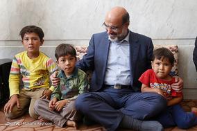 دیدار رئیس رسانه ملی با دو خانواده شهید مدافع حرم در اصفهان