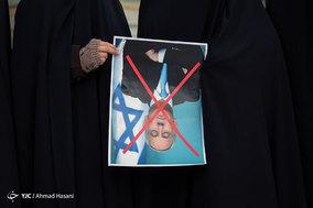 حلقه انسانی به دور نماد قدس در حرم مطهر رضوی در اعتراض به تغییر پایتخت رژیم اشغالگر قدس