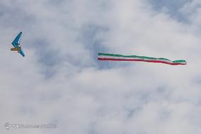 اهتزاز پرچم ایران بر فراز آسمان پایتخت