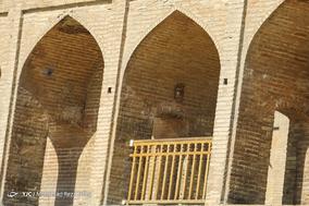سی و سه پل در حصار نرده ها