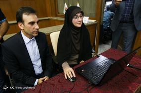 فریبا محمدیان و عباس اورسجی در حال رونمایی از سامانه هوشمند فدراسیون کبدی