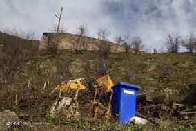 عدم تعبیه مکانی مناسب برای قرار دادن سطلهای زباله، رها سازی نخالههای ساختمانی و همچنین وسایل غیر قابل استفاده در جایی نامناسب باعث آسیب رسیدن به سیمای شهر شده است.