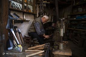 حفظ اصالت و جریان زندگی به شیوه های سنتی یکی دیگر از شناسه های ثبت جهانی ماسوله در یونسکو است؛ استاد جبار 65 ساله، 45 سال است دارای جواز کسب شهرداری است و یکی از افراد انگشت شماری است که در حال حاضر به ساخت و فروش صنایع دستی بومی مشغول هستند.