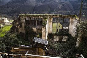 پس از زلزله ۷ ریشتری رودبار در سال ۶۹، بسیاری از ساکنان منطقه از خانههایشان کوچ کردند. منظره امروز رودبار پر از خانههای نیمریختهایست که بازسازی یا تخریب نشدهاند.