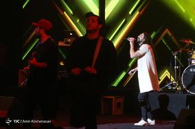 اجرای امیر عباس گلاب در سومین شب سی و چهارمین جشنواره موسیقی فجر