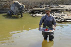 حاجی امان اخلاقی، ۳۰ ساله، کارگر. خانه اش خراب شده و بیکار است.
