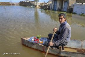 یوسف راهپیمایی، ۱۷ ساله، صیاد. خانه شان خراب شده است الان بیکار است و با قایق به مردم و کسانی که خانه آنها را آب گرفته است، کمک میرساند.