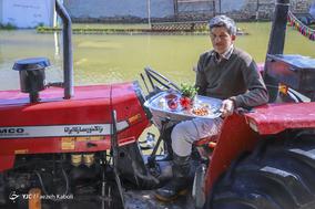 تیمور کمالی، ۴۶ ساله، کشاورز. خانه  او را آب گرفته است و ۷۰ هکتار محصول، جو و گندمش زیر آب رفته است. او با تراکتور به مردم کمک میکند.