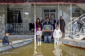 احمد راهپیمایی، ۲۷ ساله، شغل آزاد. او با مادر، مادر بزرگ، همسر، خواهر و  فرزندانش زندگی میکند. خانه شان را آب گرفته و نشست کرده است. بیکار شده و با قایق برای جابه جایی به مردم کمک میکند.