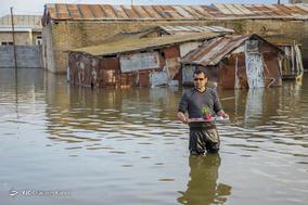 رحمت آبار، ۳۸ ساله، معلم. خانه اش آب گرفته و ترک برداشته است.
