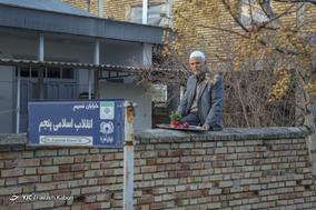 حاج کریم تاتاری، ۶۳ ساله، معلم بازنشسته . خانه اش را آب گرفته است و خانواده اش را به خارج از شهر فرستاده و خودش تنها برای نگهداری از خانه اش مانده است.