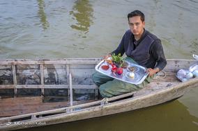 مهدی راز پور،۲۳ ساله، صیاد. با قایق به مردم کمک میکند و به مناطق سیل زده و  مردم گرفتار در سیل غذا میرساند.
