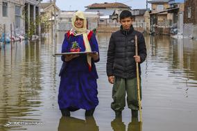 اقول بی بی کُر، ۶۳ ساله. خانه خودش را از دست داد و در خانه پسرش با نوه اش عبدالخالق کُر ۱۴ ساله زندگی میکند.