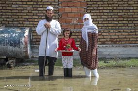 اسحاقآخوند زحمت کش، ۳۵ ساله، کشاورز. خانه اش را آب گرفته است و ۱۰ هکتار محصول جو زیر آب رفته است. او با همسر و دخترش زندگی میکند و خانه اش را ترک نمیکند.