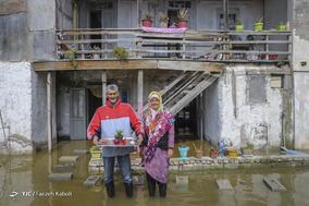 اراز محمد زحمتکش، ۵۳ ساله، شغل آزاد. خانه و مغازه اش زیر آب رفته و همه لوازم خانه اش از بین رفته است. بچهها را به خارج از شهر، منزل اقوام فرستاده تا در امان باشند.