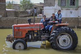 امین کُر، ۳۳ ساله، کارگر. خانه خود را بر اثر سیل از دست داد. او بی کار شده و سعی میکند با تراکتور به مردم  کمک کند.