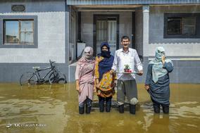 محمد دردی زحمتکش، ۴۹ ساله، کشاورز. خانه اش را آب گرفته  و ۵ هکتار محصول گندمش زیر آب رفته است. او همراه با خانواده در خانه مانده است.