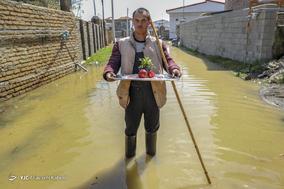 آقاجان کُر، ۱۹ساله، مبتلا به سندرم دان است. او در شهر مانده و در حد توان به مردم شهر کمک میکند.