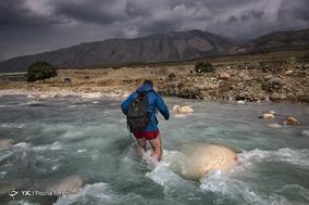 او پس از گذشت از مسیر پیچ در پیچ کوهستان منطقه چُلوار، به رود «تِلوک» میرسد که بین دو روستای «هالِکون» و «کوری» است. حد فاصل دو روستای هالکون و کوری، استان خوزستان / ۲۸ بهمن ۱۳۹۷