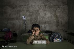 مدرسه رسول اکرم (ص) حیاط ندارد و اطرافش پر از سنگ میباشد . مازیار عبداللّهی ۸ ساله است و در بازی و دویدن های اطراف مدرسه دستش شکست و بعد از آن آقا معلّم مجبور شد بچه ها را از توپ بازی و دویدن منع کند. 30 بهمن 1397