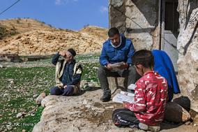 خان بابا کاظمی که پدر یکی از بچه های مدرسه میباشد گاهی می آید و در کنار دانش آموزان مینشیند و به دروسی که علیرضا به آن ها میدهد گوش میکند. 1 اسفند 1397