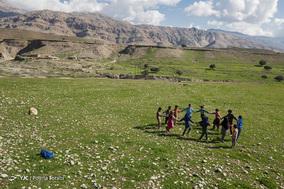دانش آموزان در زنگ تفریح مشغول به بازی «عمو زنجیرباف» در طبیعت بکر روستا هستند. 1 اسفند 1397