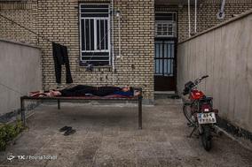 زمانی که علیرضا به خانه میرسد دیگر رمقی به تن ندارد و ترجیح میدهد مدتی استراحت کند. شهر لالی / ۱ اسفند ۱۳۹۷
