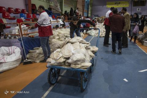 بسته بندی اقلام اهدایی به سیلزدگان لرستان