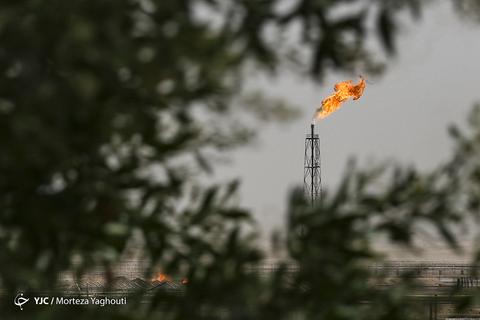 اهواز در محاصره دودهای دکلها و مشعلهای نفتی قرار دارد. تأسیساتی که بیشترین آلودگی زیست محیطی را برای خوزستان نفتخیز و سلامتی مردمانش به همراه داشته است.