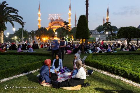 سفره های افطار در میدان سلطان احمد استانبول