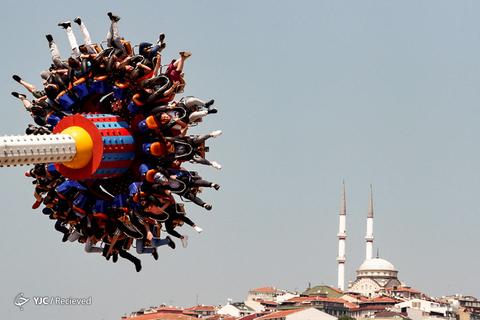 مردم در پارک تفریحی، روز تعطیلات عید فطر در استانبول، ترکیه