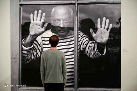 یک مرد به عکسی که توسط رابرت دائیسونو عکاس فرانسوی ، در موزه پیکاسو بارسلونا بنمایش گذاشته نگاه می کند