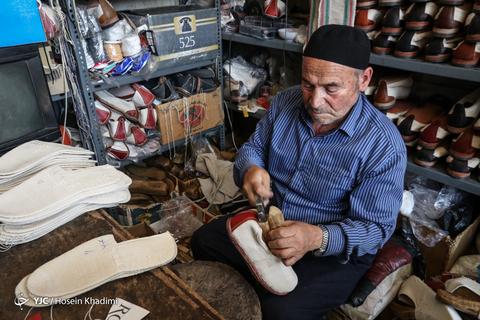گیوه نوعی پاپوش سنتی است که بخش رویه آن با الیاف پنبهای بافته میشود و زیره آن نیز از چرم است.