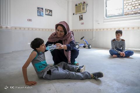 مُنیب؛ کودک سیل زده معلول میکروسفال در آققلا