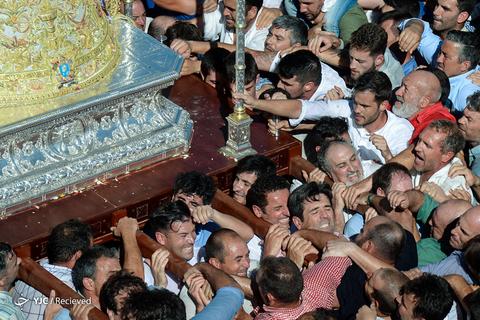 تصویری از Virgin Rocio در یک مراسم سنتی در اسپانیا