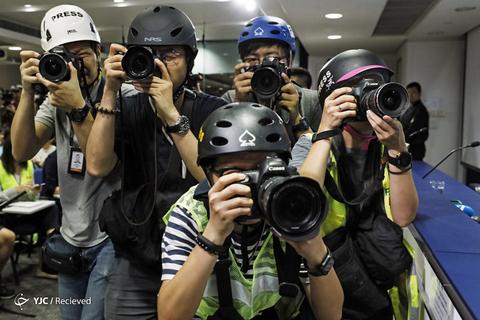 عکاسان با کلاه ایمنی در یک کنفرانس مطبوعاتی، در هنگ کنگ