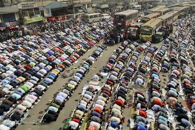 مردم در خیابان داکا در بنگلادش در یکی از بزرگترین گردهمایی های مذهبی اسلامی
