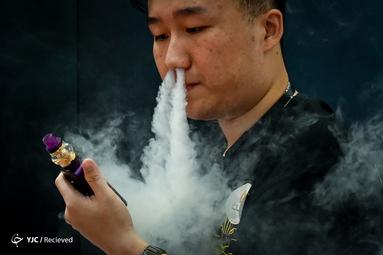 کشیدن سیگار در نمایشگاه بین المللی الکترونیک پکن