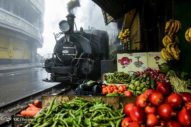 حرکت قطار در بازار هند