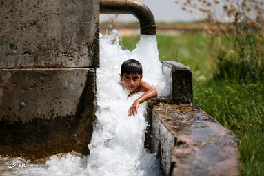 آب بازی یک کودک در یک چشمه در یک روز گرم تابستان در ترکیه