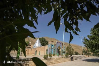 امامزاده سید احمد(ع) در روستای هزاوه استان مرکزی، جد اعلای مقام معظم رهبری حضرت آیت الله خامنهای