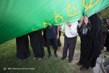 اهتزاز پرچم ۱۴۴ متری مزین به نام حضرت علی بن موسی الرضا (ع)