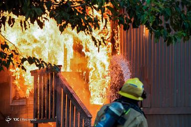 مهار آتش توسط آتش نشانان پس از زلزله در کالیفرنیا