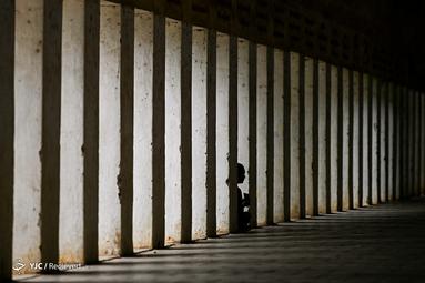 مردی ایستاده بر پایه یک ستون در بندر شولزیگون پاگودا در میانمار