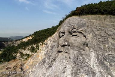 مجسمه سنگی فوسی، یک قهرمان فرهنگی در افسانه و اسطوره چینی، در استان هوبئی
