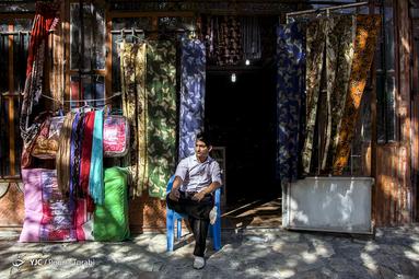 یکی از شغل های جوانان شهر اورامان فروش پارچه و صنایع دستی محلی میباشد