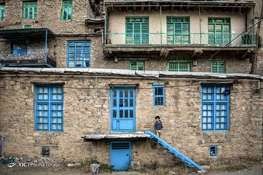 رنگ بخش جدایی ناپذیر از زندگی کرد ها است که زمانیکه در شهر هورامان قدم میزنی حضور رنگ های شاد حس میشود