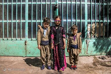 (به ترتیب از راست به چپ) هژی 5 ساله، هلنا 9 ساله و ژیار 6 ساله که برای تعطیلات به منزل مادربزرگ خود در روستای تاریخی ژیوار آمدهاند. آنها با پوشش محلی باعث حفظ اصالت در خود میشوند