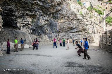 جوانان اورامی که با وجود محرومیت های فراوان با تلاش و امید بسیار در این روستای چندین هزار ساله فعالیت میکنند . ورزش «والیبال» در جوانان این شهر محبوبیت کم نظیری دارد