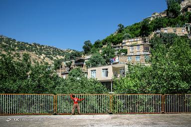 مدرسه ژیوار در دل روستا، میان درختان انبوه توت و انار قرار دارد